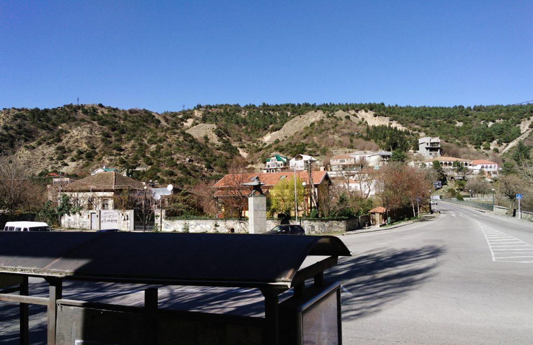 Прямо — поворот на Тбилиси